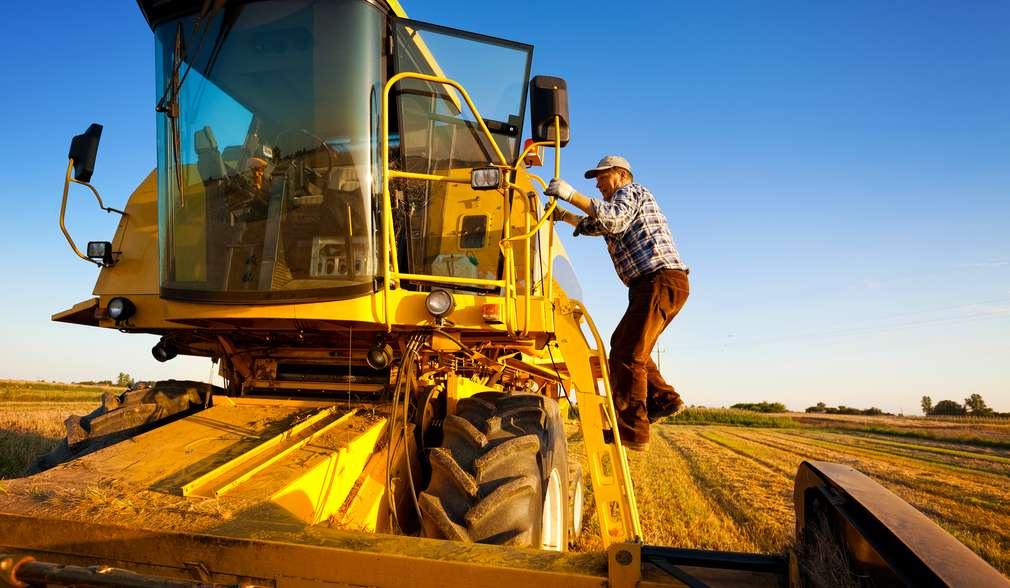Bauer fährt auf Traktor über ein Feld (Illustration)