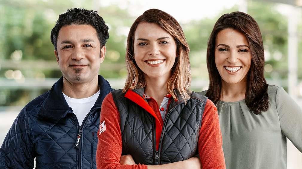 Drei Mitarbeiter aus den Tätigkeitsbereichen Logistik, Vertrieb und Marketing