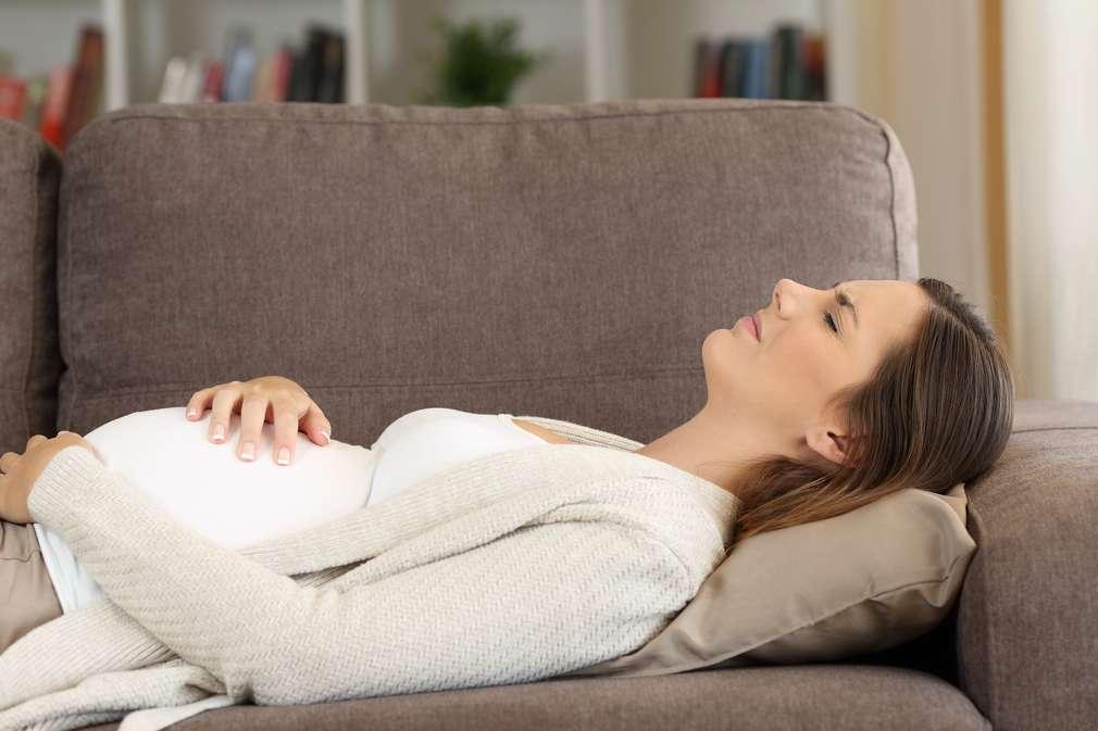 Schwangere Frau auf der Couch