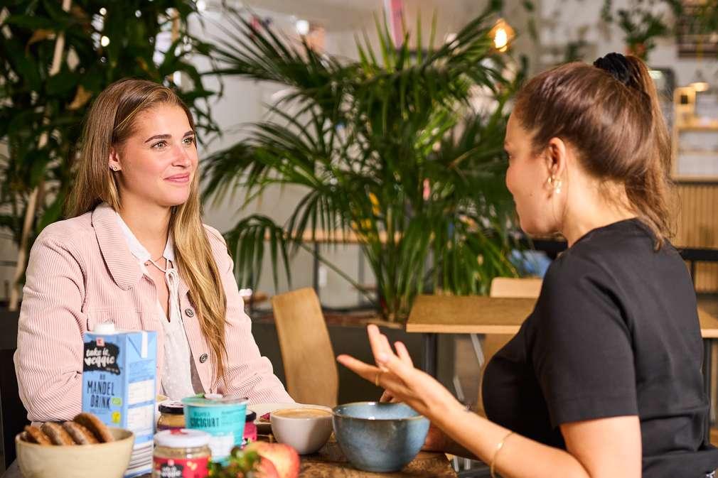 Links: Kristina Reuß, Sachbearbeiterin Einkauf im Bereich Bio, Fairtrade und Veggie; Rechts: Nachhaltigkeitsexpertin Anna Schunck