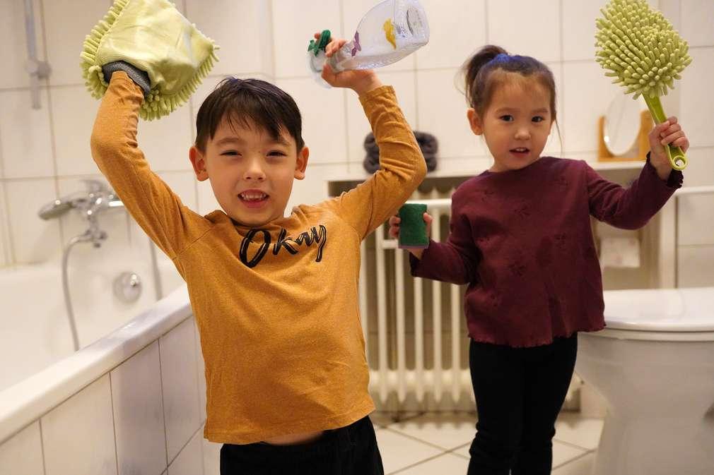 Mädchen und Junge beim Putzen