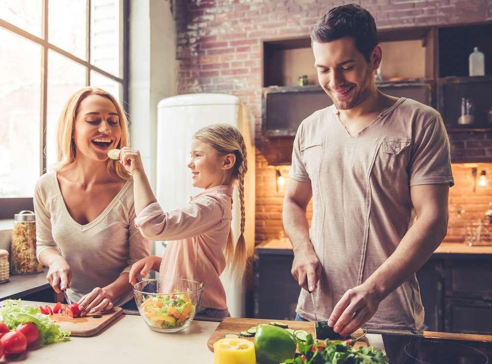 Eine Familie, die sich sich gesund ernährt
