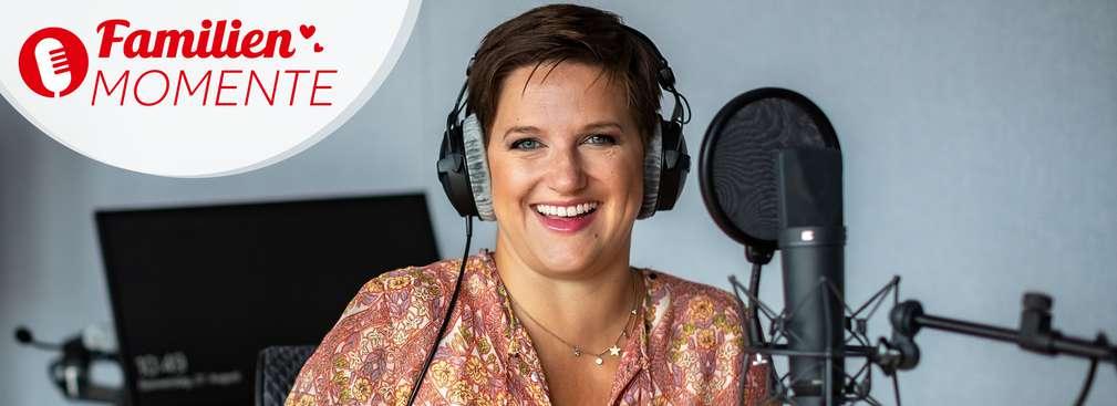 Jette vom Instagramkanal @mesupermom mit Kopfhörern bei Produktion des FamilienMomente-Podcasts