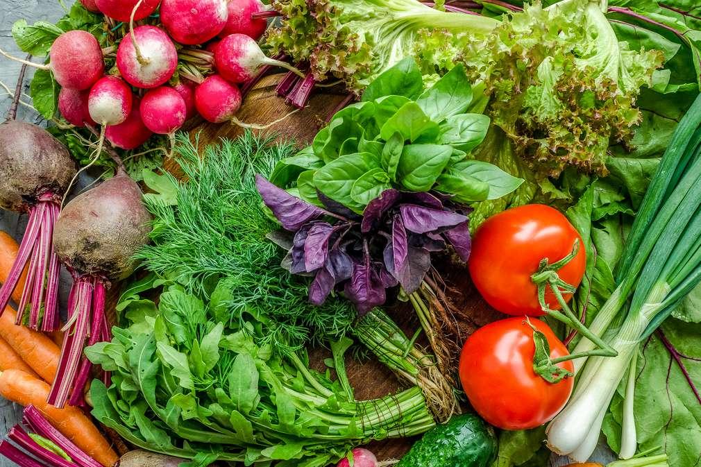 Bunte Auswahl aus frischem Obst und Gemüse auf einem Tisch