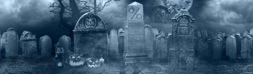 Dunkler Friedhof mit Grabsteinen