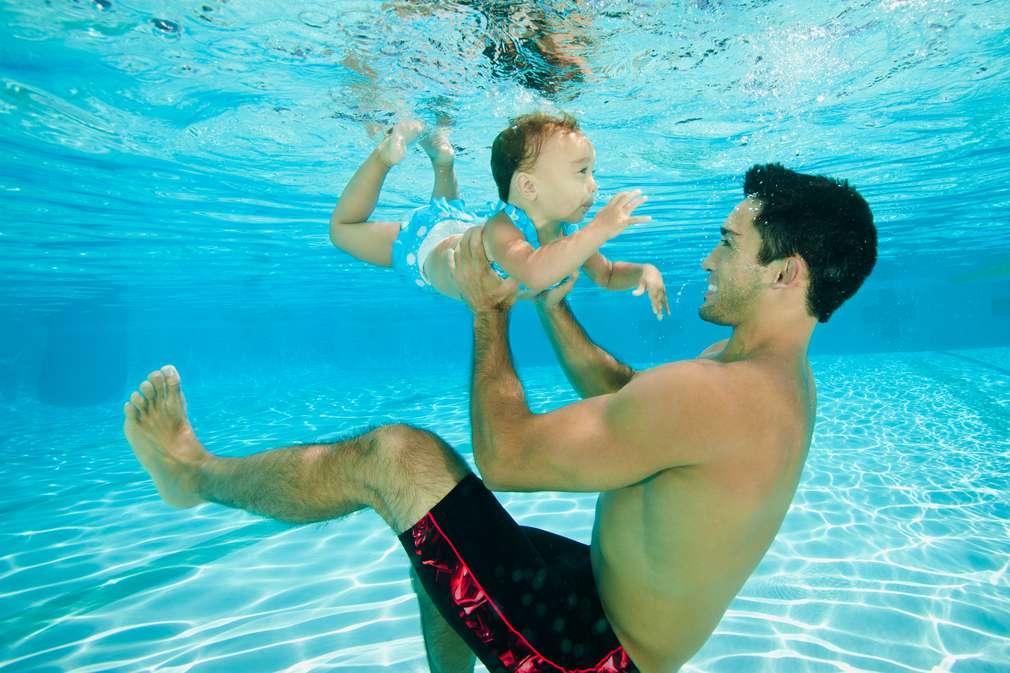 Vater mit Baby unter Wasser