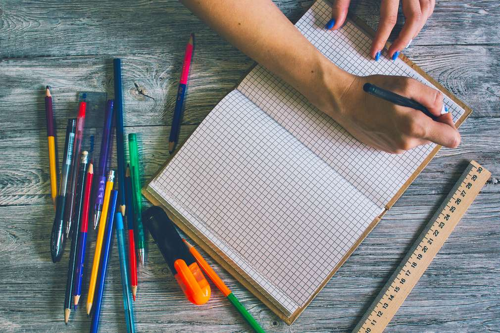 Buntstifte und Notizbuch
