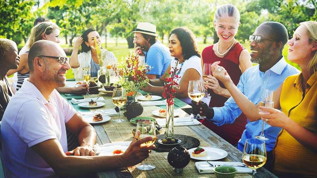 Menschen feiern eine Gartenparty