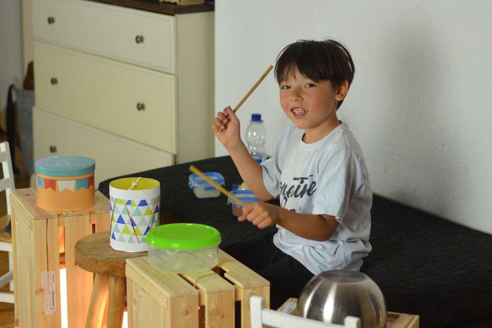 Kind spielt Instrument