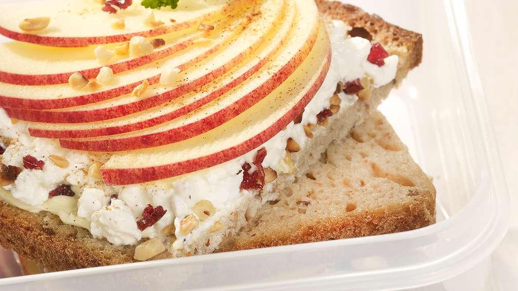 Leckeres Brot mit Frischkäse-Aufstrich und Apfelscheiben