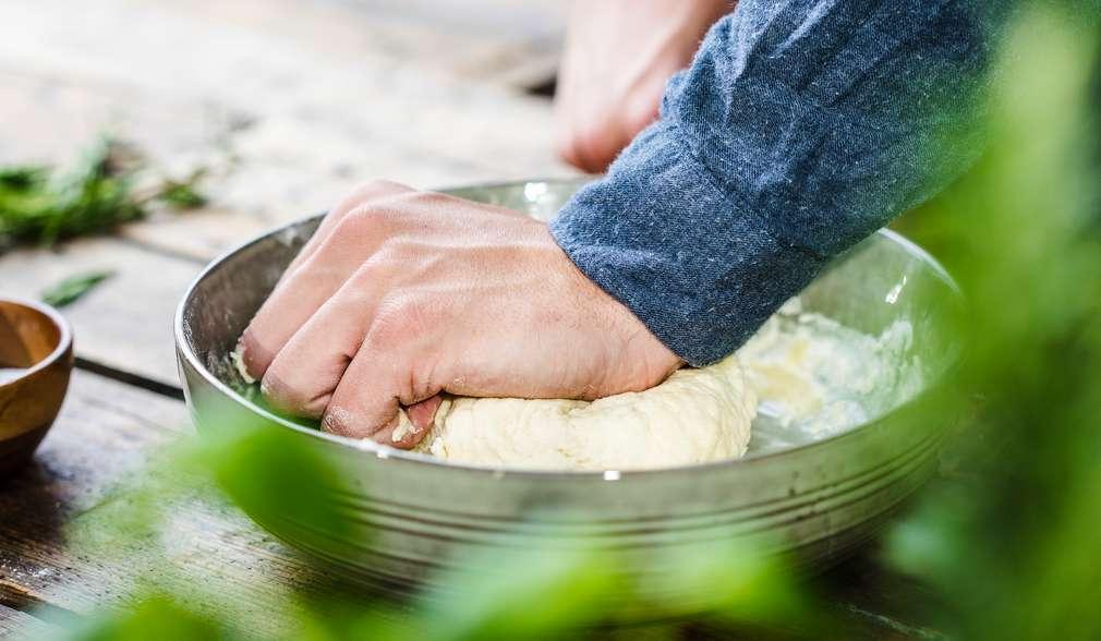 Schritt 1: Zutaten für den Teig vermengen und Masse kneten