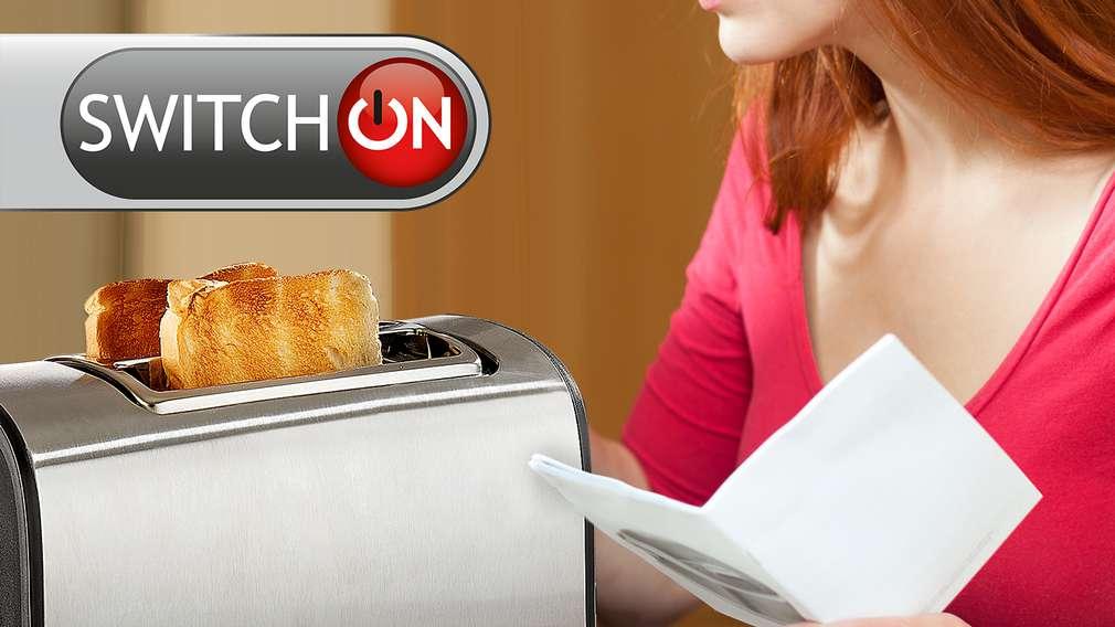 Frau mit SWITCH_ON Toaster und Bedienungsanleitung
