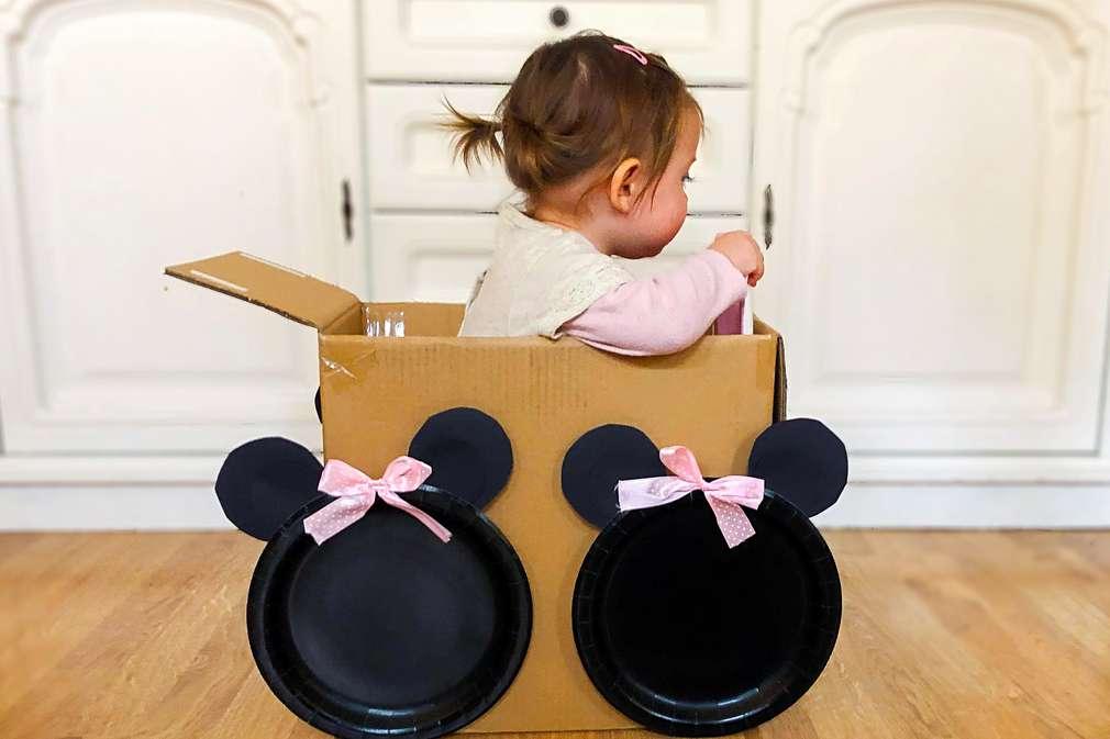 Kind spielt im Karton