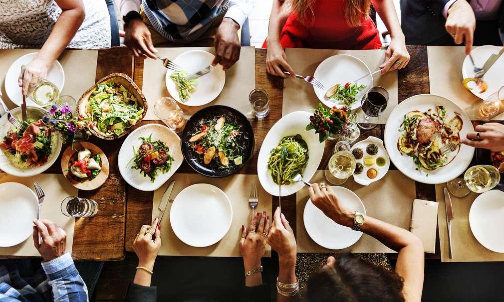 Benimmregeln am Tisch: Mit guten Essmanieren punkten