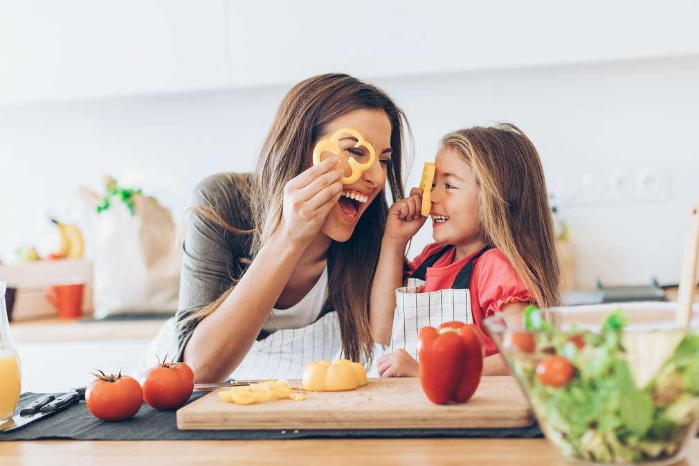 Mutter und Kind beim Essen machen