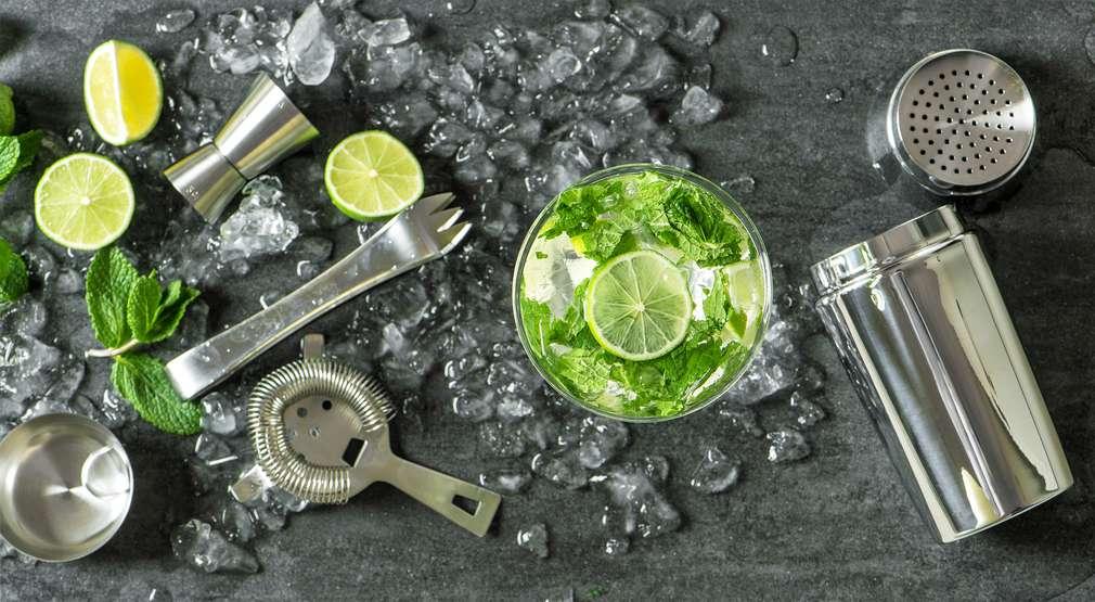 Gerührt oder geschüttelt? In der Hausbar stilgerecht Cocktails mixen!