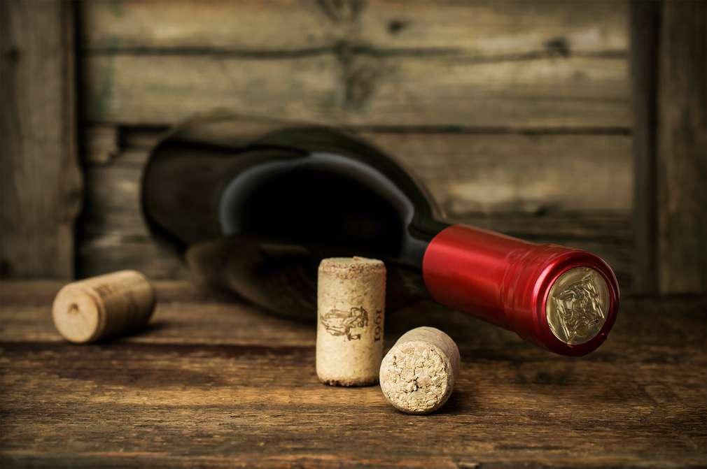 Weinflasche ohne Korkenzieher öffnen – so geht's!