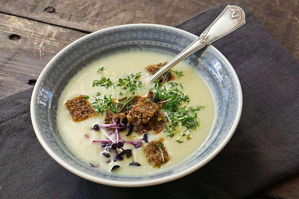 Zu Tisch mit Madame Cuisine: Kohlrabi-Kartoffel-Suppe mit Kresse