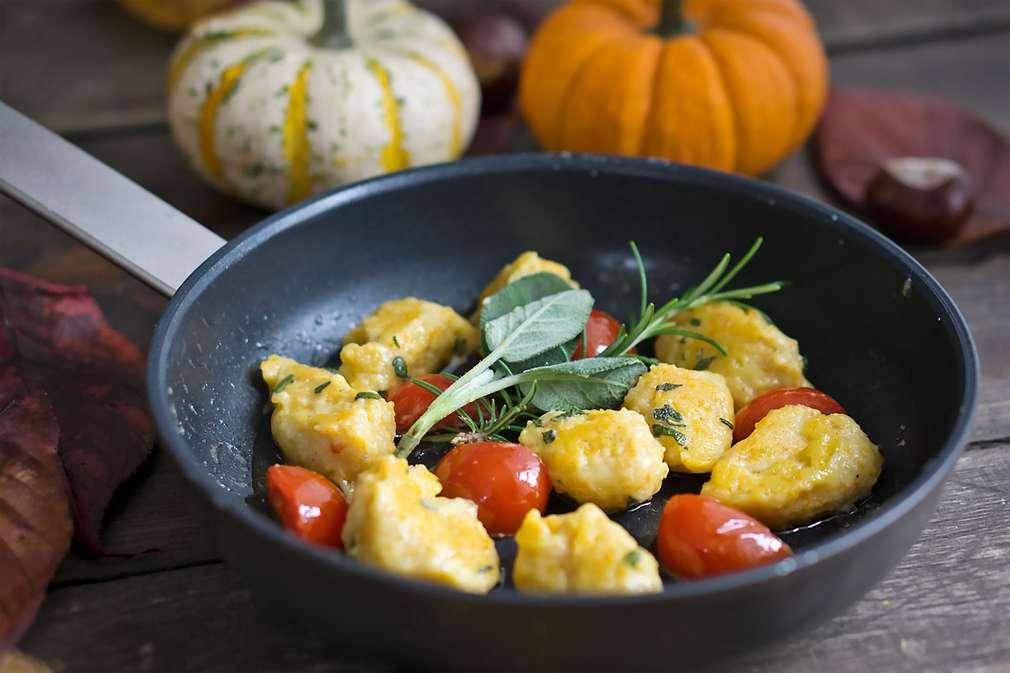 Zu Tisch mit Madame Cuisine: Kürbisnocken mit Kirschtomaten und Rosmarin-Salbei-Butter