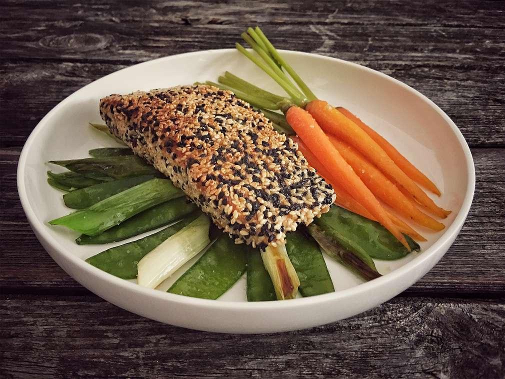 Zu Tisch mit Hol(l)a die Kochfee: Lachs mit Knusperkruste auf buntem Gemüse