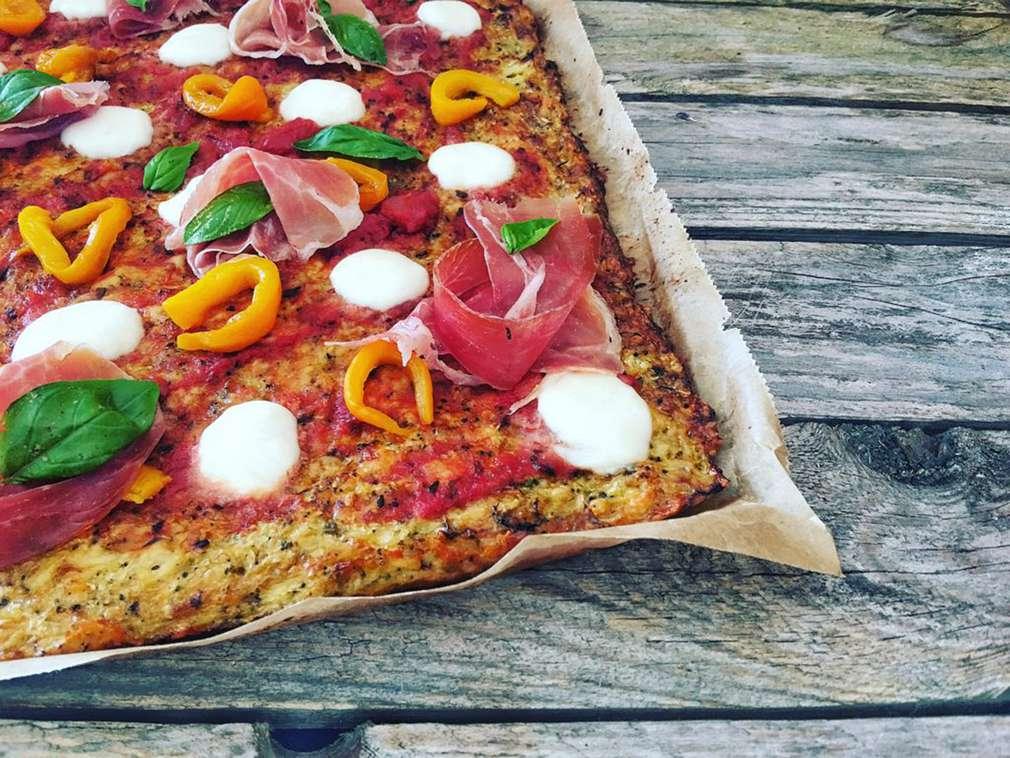 Zu Tisch mit Hol(l)a die Kochfee: Low-Carb-Pizza – maximaler Geschmack bei minimalen Kalorien