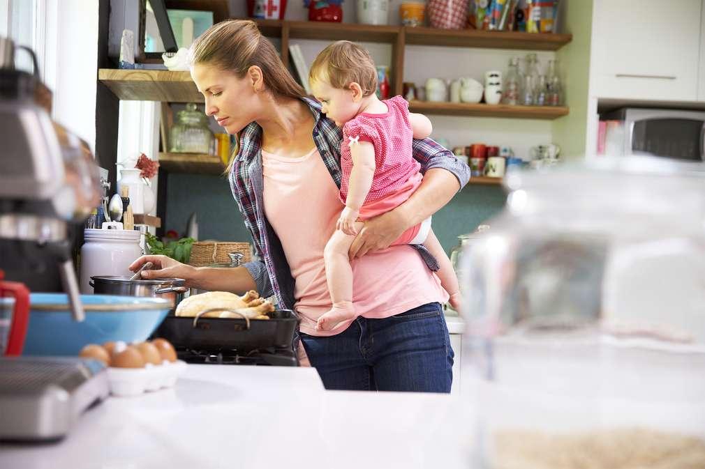 Kochen mit Kind im Arm