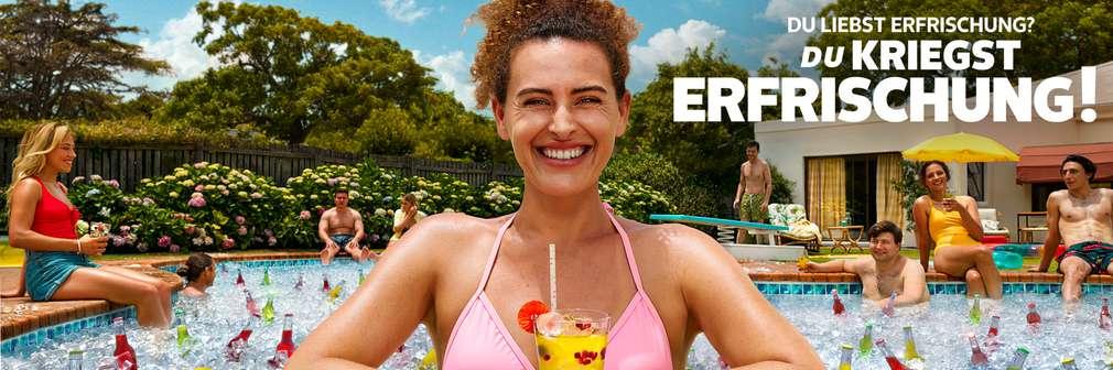 Frau im Pool mit Cocktail, Schriftzug: Du liebst Erfrischung? Du kriegst Erfrischung!