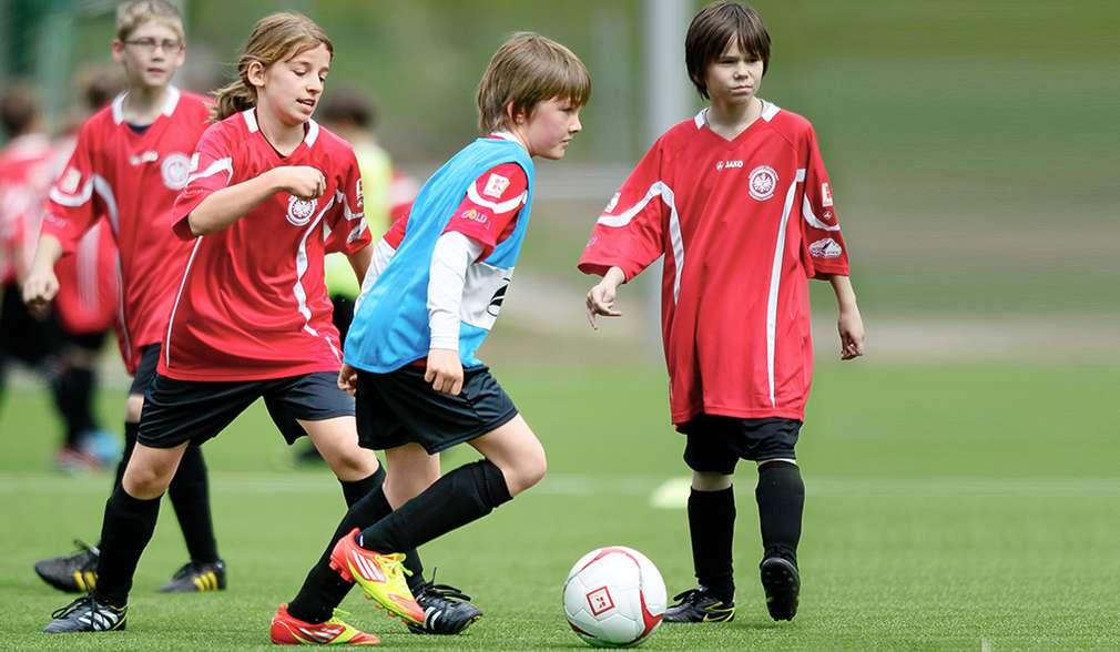 Kinder auf Fußballplatz