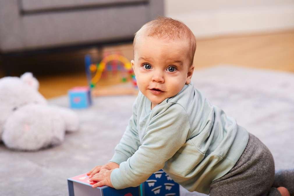 Baby stützt sich ab