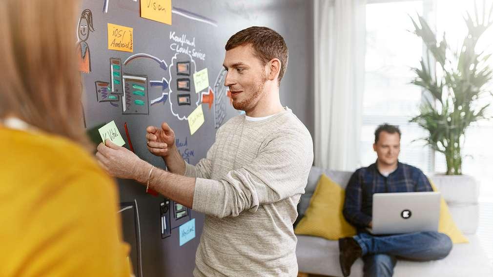 Softwareentwickler tüfteln im Team an einem neuen Programm.