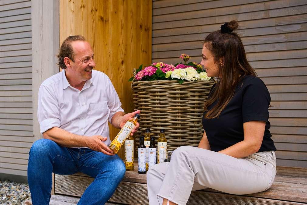 Links: Mühlenchef Berthold Dreher; Rechts: Nachhaltigkeitsexpertin Anna Schunck