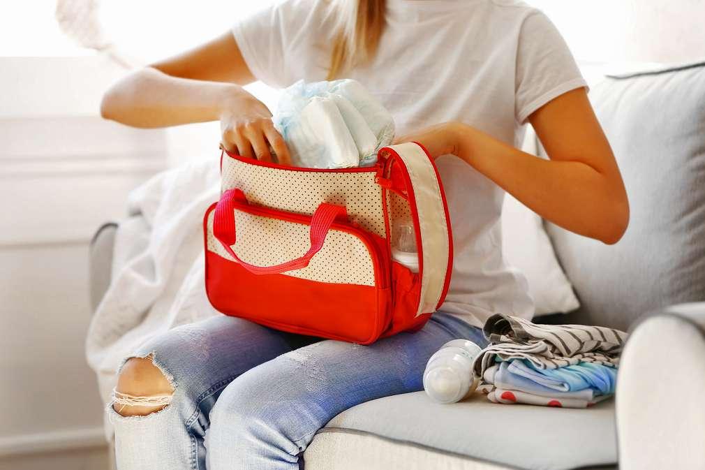Frau packt Wickeltasche