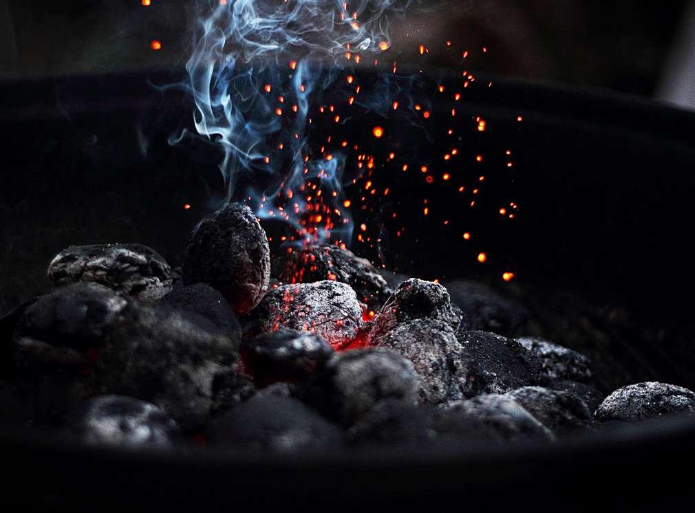 Изображение на горящи дървени въглища за барбекю