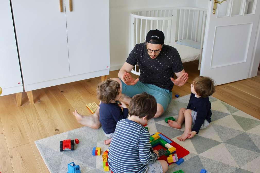 Vater schlichtet Streit unter Kindern