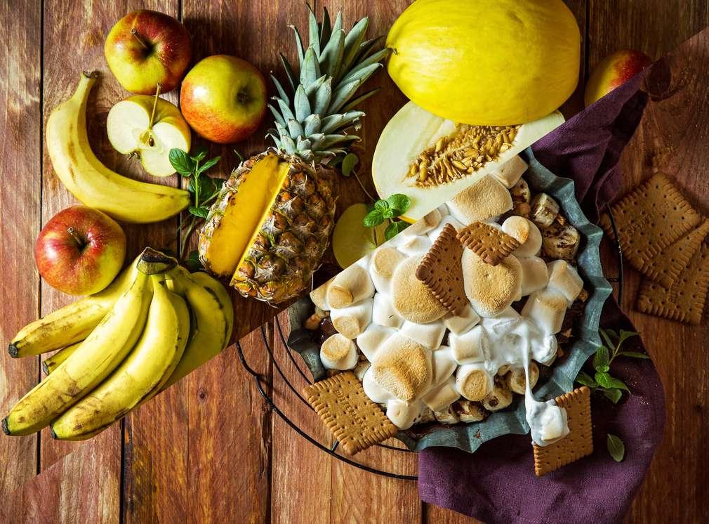 Изображение на свеж иплодове и десерт, изпечен на скара