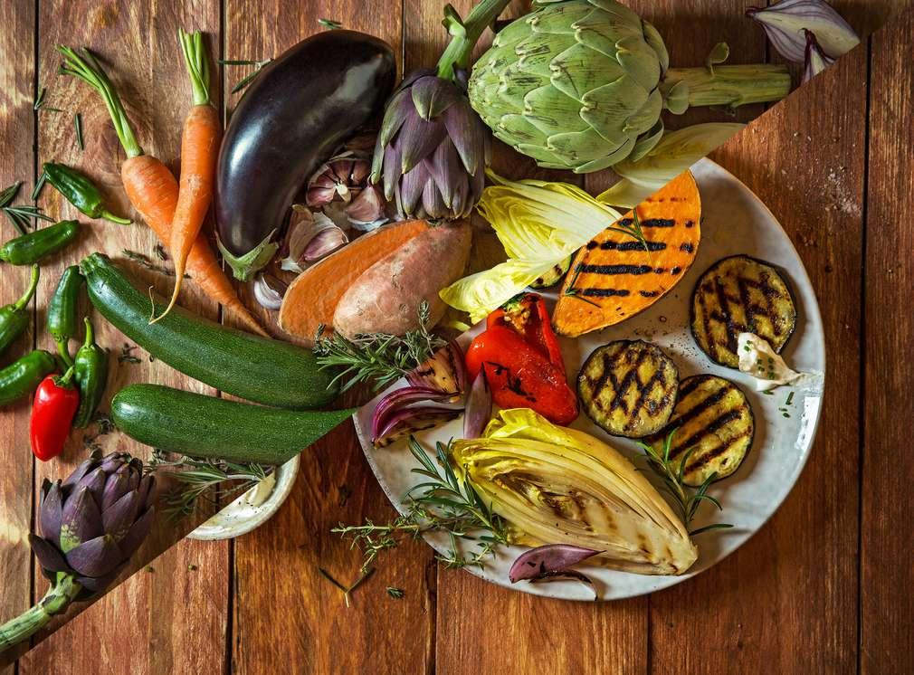 Изображение на богат избор от зеленчуци - сурови и на барбекю