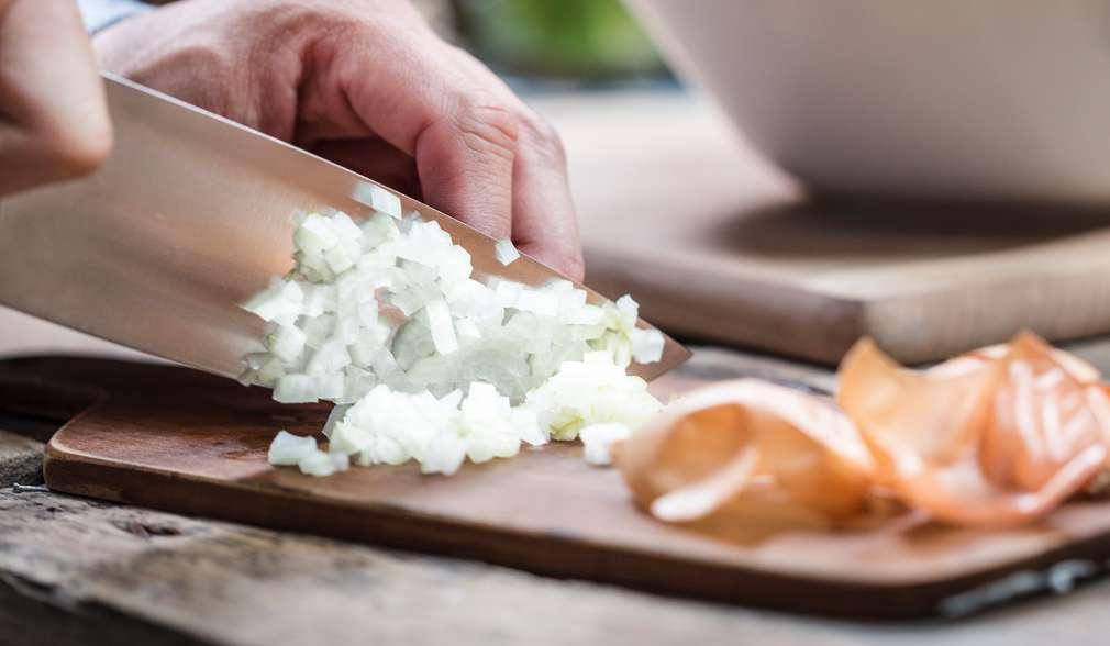 Schritt 1: Zwiebel schälen und fein würfeln.