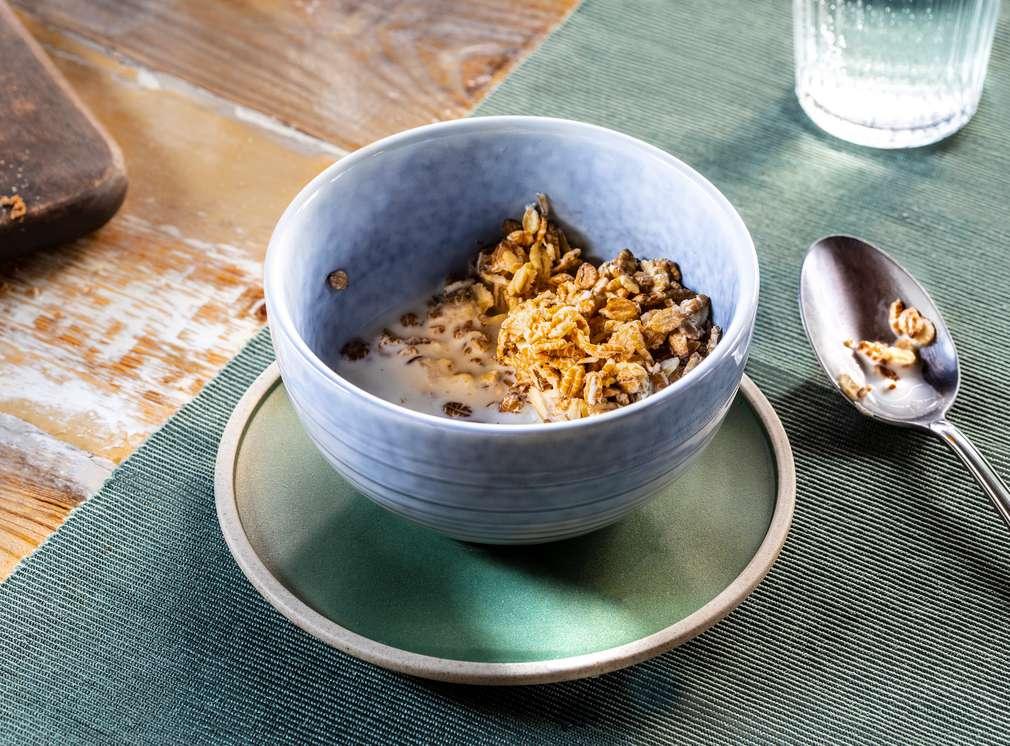 Abbildung einer Müsli-Schüssel auf dem Frühstückstisch