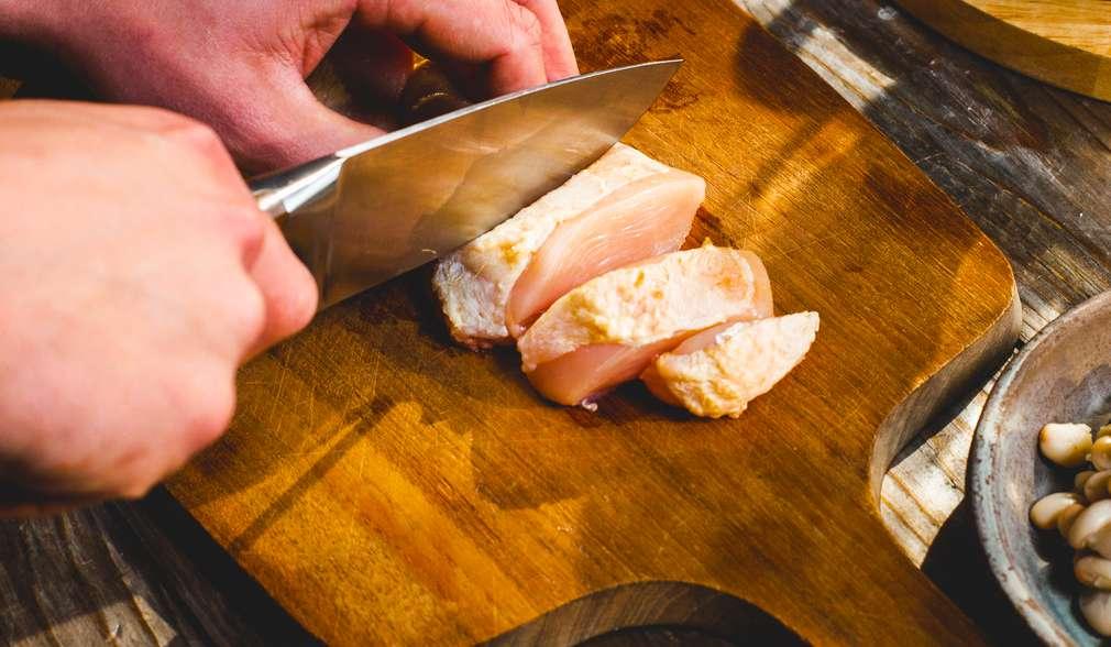 Schritt 1: Hähnchenfleisch schneiden
