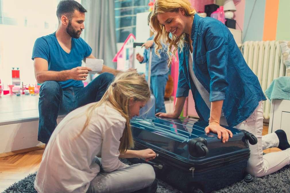 Familie beim Kofferpacken