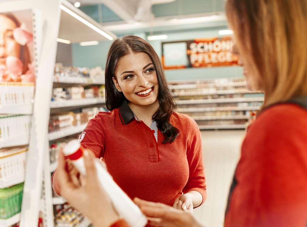 Kaufland-Mitarbeiterinnen in der Drogerieabteilung