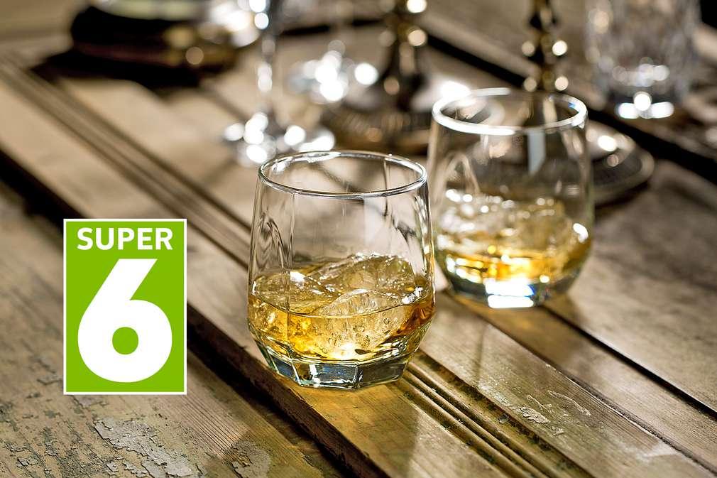Whisky-Gläser mit Inhalt
