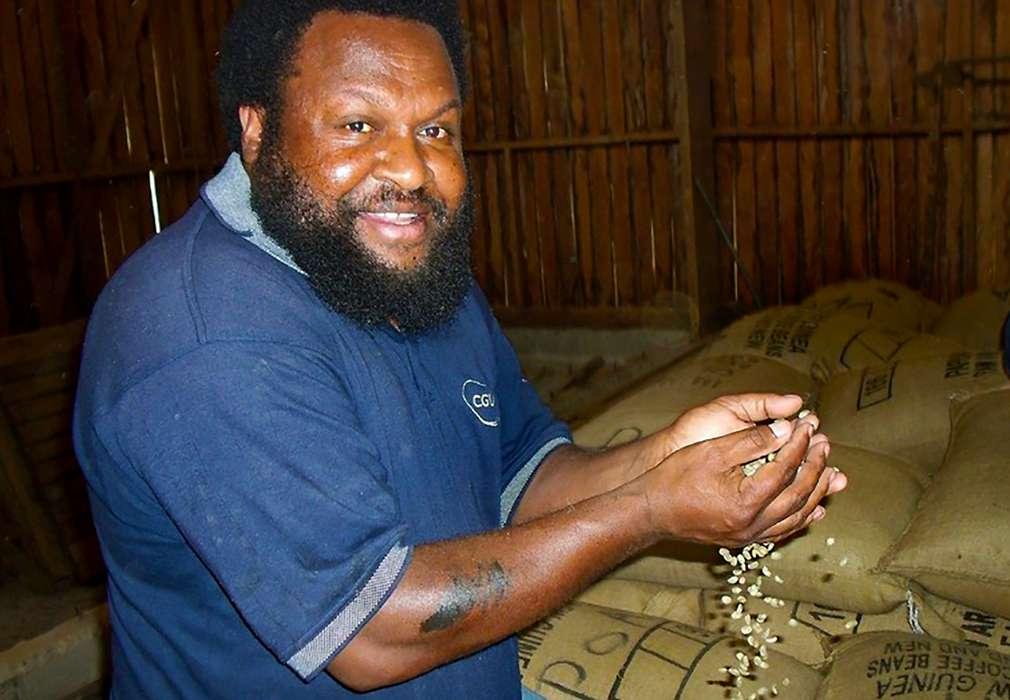 Изображение на производител на кафе и какао, който държи в ръцете си зърна