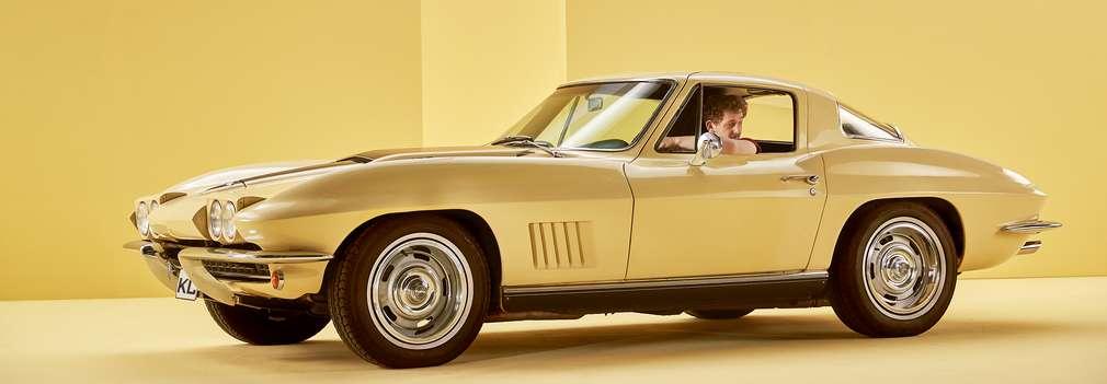 Изображение на мъж в жълта спортна кола.
