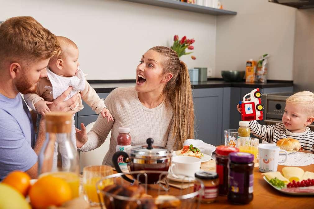 Eltern mit zwei Kindern beim Essen