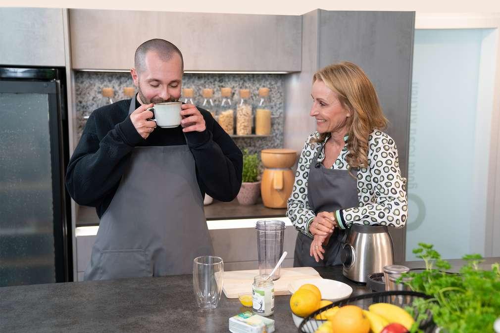 Dr. Alexa Iwan zeigt Ben Beyer wie man einen Bullet Proof Coffee zubereitet