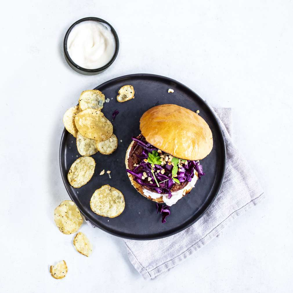 Zdjęcie przepisu Beyond Burger z czerwoną kapustą, orzechami i chipsami