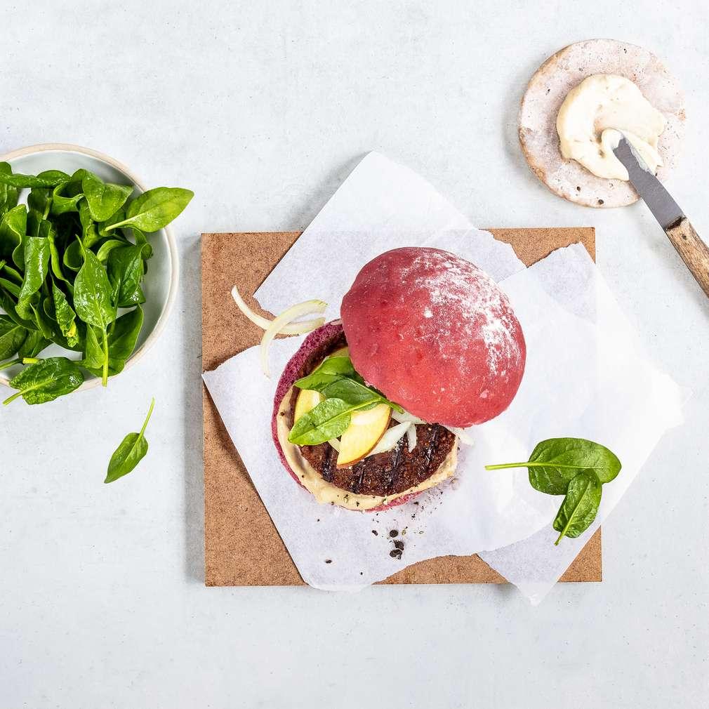 Zdjęcie przepisu Buraczany Beyond Burger z sosem z orzechów nerkowca