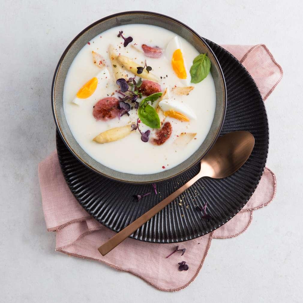 Zdjęcie przepisu Śródziemnomorska zupa szparagowa z kiełbaskami salsiccia