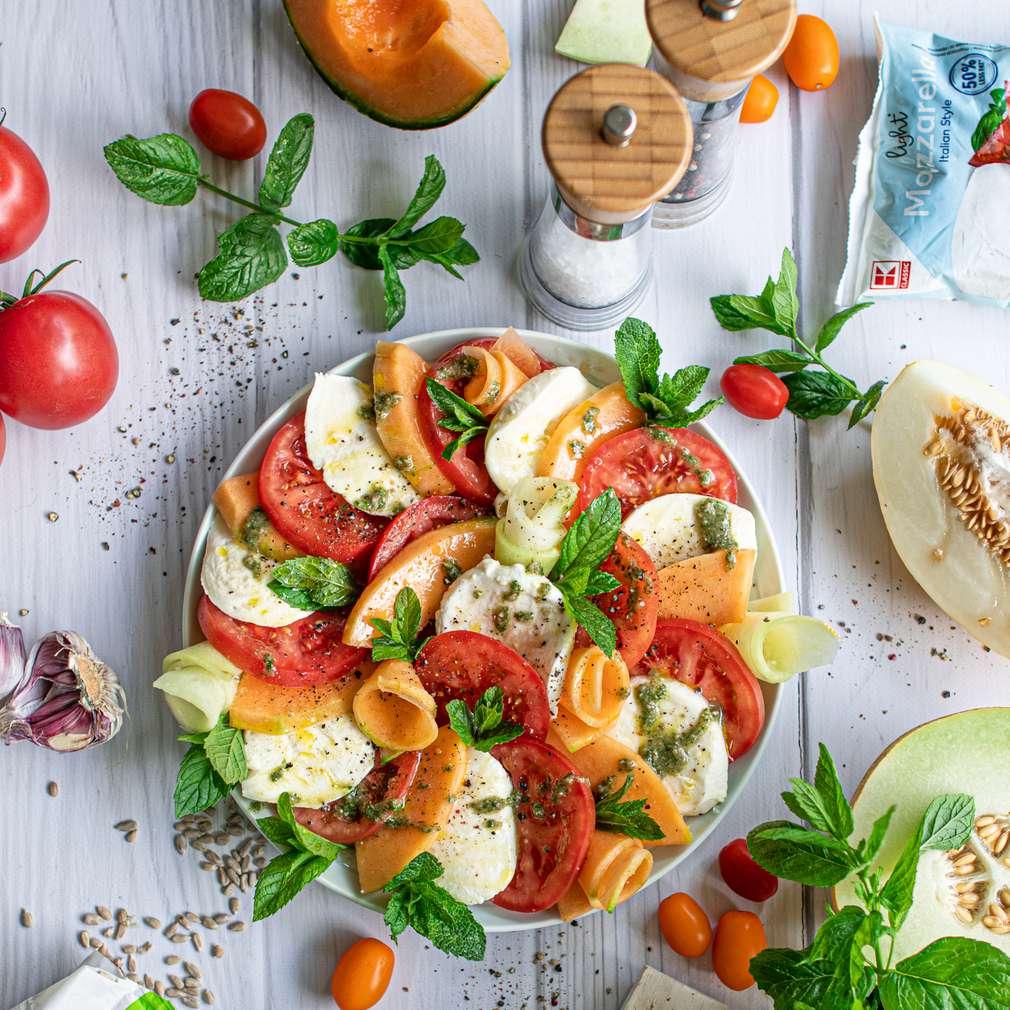 Zdjęcie przepisu Caprese z pomidorami malinowymi, melonem i miętowym pesto